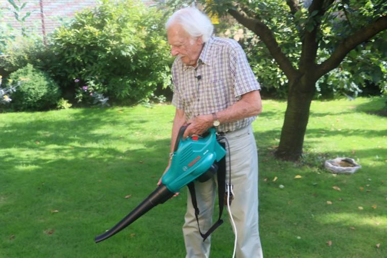 Jó segítség lesz ősszel a kertben: lombszívó és lombfújó egyben
